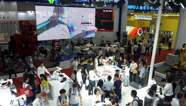 观众参观并体验斗山协作机器人.jpg