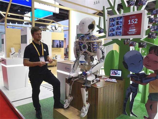 11英飞凌展示的网红机器人Roboy_看图王.jpg