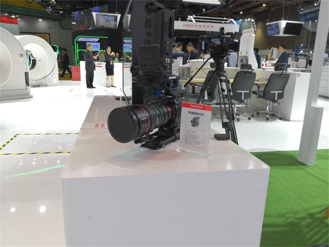 12佳能展示8K摄像机.jpg