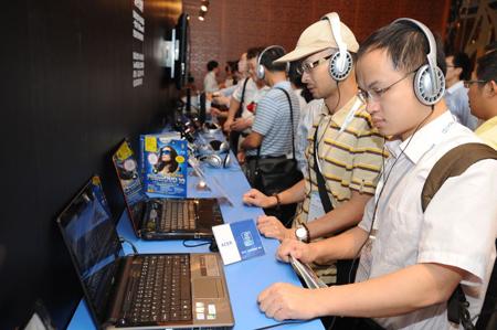 《国际电子商情》观众在现场体验移动终端中杜比的震撼效果