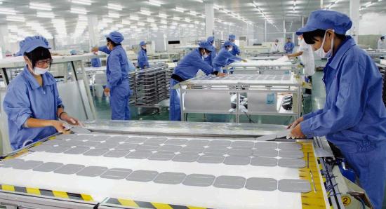 图为太阳能光伏电池组件生产现场