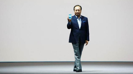 三星电子移动通信业务部社长申宗钧先生展示GALAXY S Ⅲ