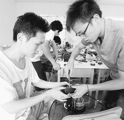 日前,广西科技大学(筹)暑期大学生社会实践科技维修服务队走进桂北革命老区——广西融安县潭头乡,开展义务免费维修家电活动,为老区群众解决生活中的难题。