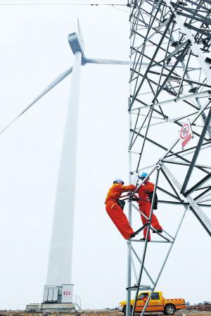 供电员工在安徽龙源风力发电场检修输电线路。宋卫星 摄