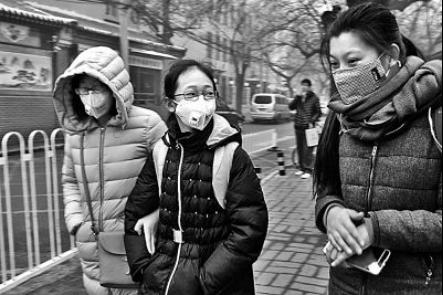 这是在北京市空气污染预警机制出台近三年后,首次启动空气重污染红色预警,而受影响的是千千万万像小赵这样的白领和他们的孩子。按照北京市教委的要求,中小学、幼儿园、少年宫及校外教育机构都要停课;但对家中无看管条件,需送到学校的孩子,在和家长确认无误的基础上,学校妥善安排好到校学生的学习、生活。