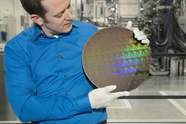 IBM研究所科学家展示5纳米芯片晶圆