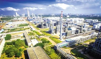图为洋浦经济开发区海南炼化